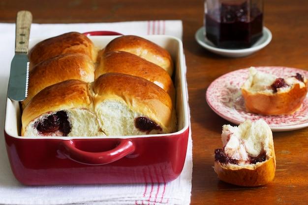 Brioches autrichiennes fourrées aux cerises dans un plat allant au four. style rustique, mise au point sélective.
