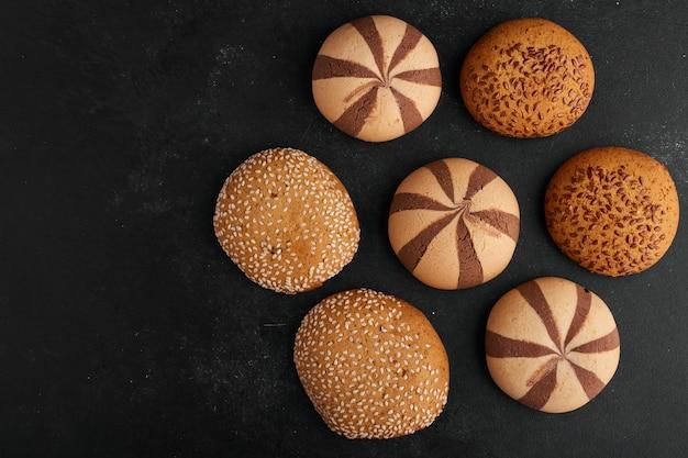 Brioches à biscuits avec cooca, cumin et sésame, vue du dessus.