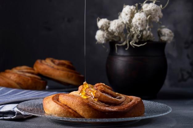 Brioches à la cannelle avec du miel. savoureuse pâtisserie maison