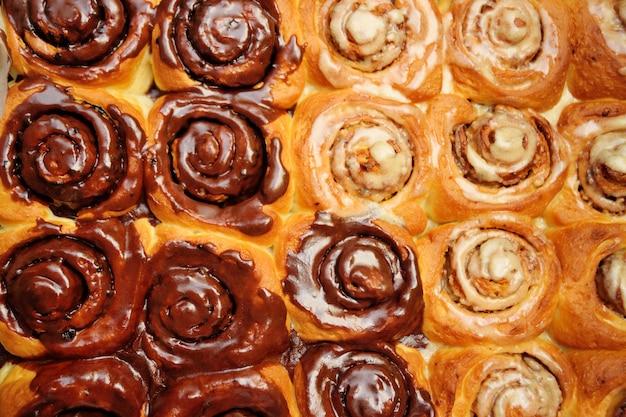 Brioches à la cannelle avec gros plan au chocolat, crème et lait concentré