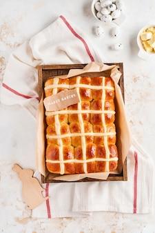 Brioches de pâques. petit-déjeuner traditionnel et décorations de vacances de pâques lapin