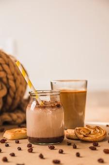 Brioches et raisins secs près de boissons chaudes