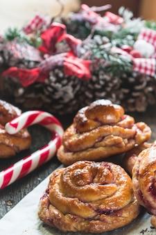Brioches suédoises au safran de noël. pâtisserie de nouvel an. décor de noël sucre d'orge.