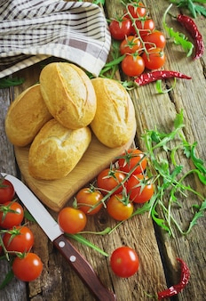 Brioches, tomates cerises et roquette