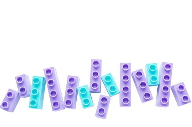 Brique de couleur pour enfants sur fond blanc.