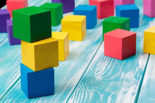 Briques en bois multicolores empilés