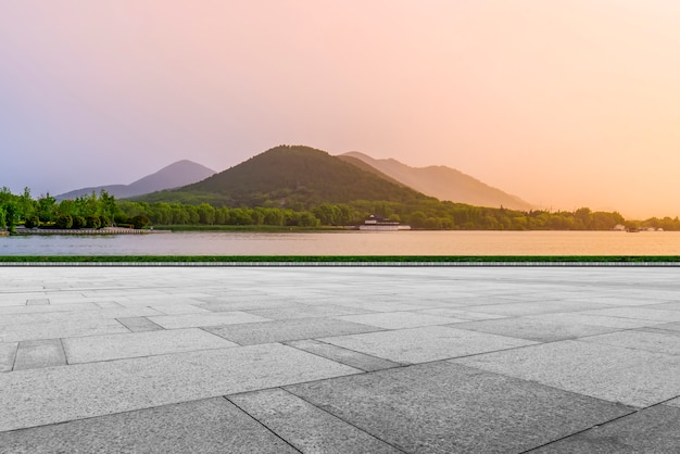 Briques de plancher plaza vide et beau paysage naturel
