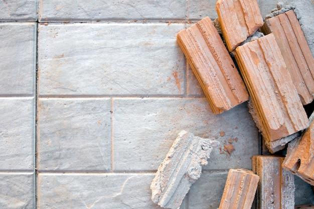 Briques rouges sur sol en ciment en chantier. vue de dessus
