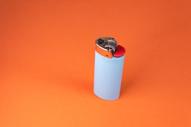 Briquet sur fond orange - détail macro