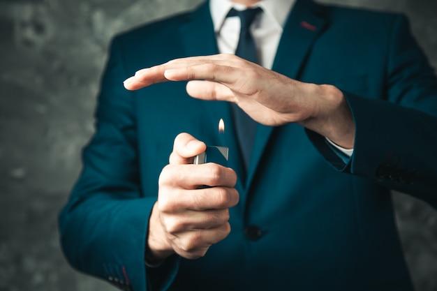 Briquet main homme sur fond sombre