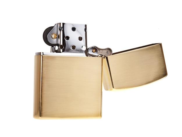 Briquet en métal isolé sur fond blanc, couleur or