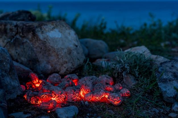 Briquettes de charbon de bois enflammées, fond ou texture de nourriture