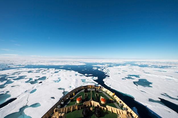 Brise-glace dans la glace