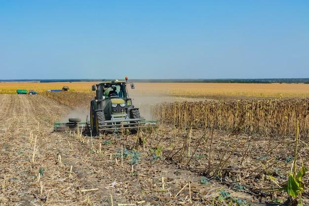 Briser les résidus de tournesol post-récolte dans le sol avec une unité.