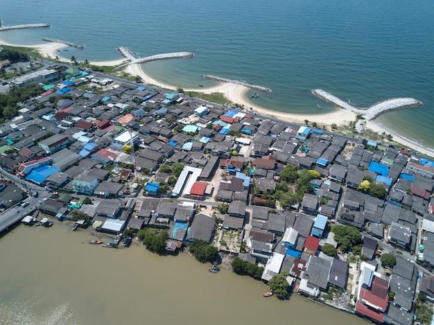Briseur d'onde de pierre dans la mer à map ta phut industrail estate, rayong, thaïlande