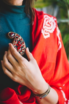 Broche à bijoux rouge en forme de buta