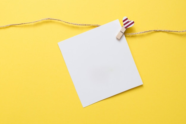 Broche avec coeur et carte blanche sur fond jaune pour la saint valentin