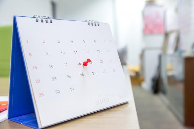 Broche de couleur rouge sur le calendrier