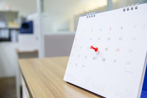 Broche de couleur rouge sur le calendrier.