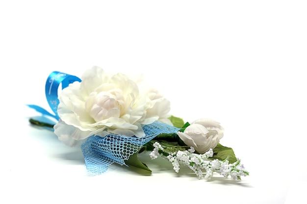 Broche de jasmin isolé sur fond blanc, symbolique de la fête des mères en thaïlande.
