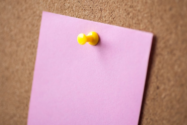 Broche de papier rose vierge sur fond de panneau de liège pour rappeler.