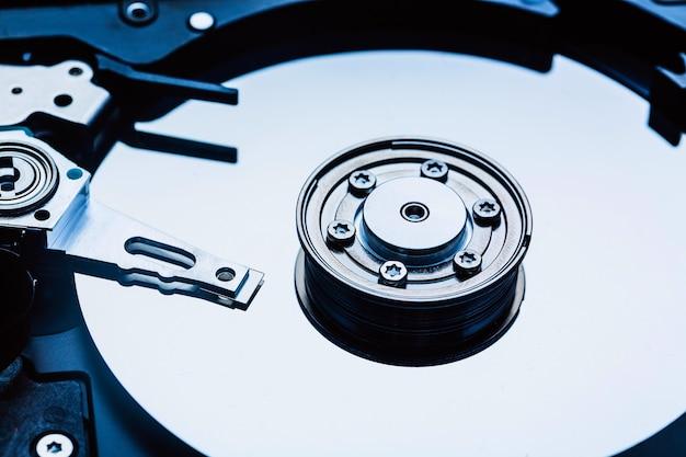 Broche et plaque du lecteur de disque dur ouvert