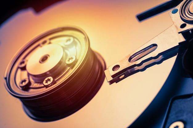 Broche et plaque ouverte lecteur de disque dur. macro shot