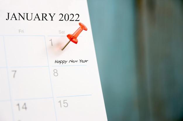 Broche rouge le 1er du premier jour de l'année 2022 sur le calendrier de l'agenda.concept bonne année