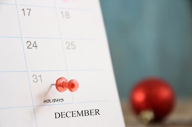Broche rouge le 31 du jour de fin de l'année 2021 sur le calendrier de l'agenda.concept bonne année et jour de la veille