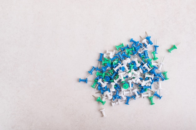 Broches colorées sur fond blanc. photo de haute qualité