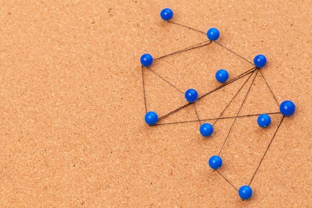 Broches connectées créant un réseau