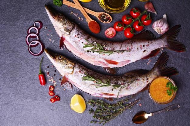 Brochet de poisson aux épices et légumes, et caviar