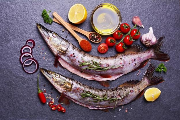 Brochet de poisson aux épices et légumes