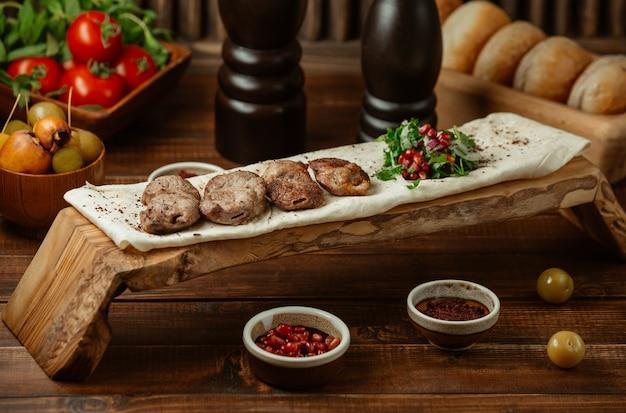 Brochette d'agneau servie sur un morceau de lavash