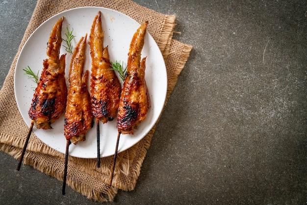 Brochette d'ailes de poulet grillé sur assiette