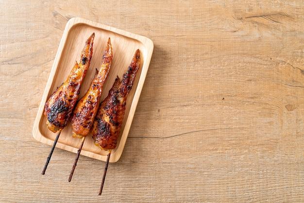 Brochette d'ailes de poulet grillées ou barbecue sur assiette