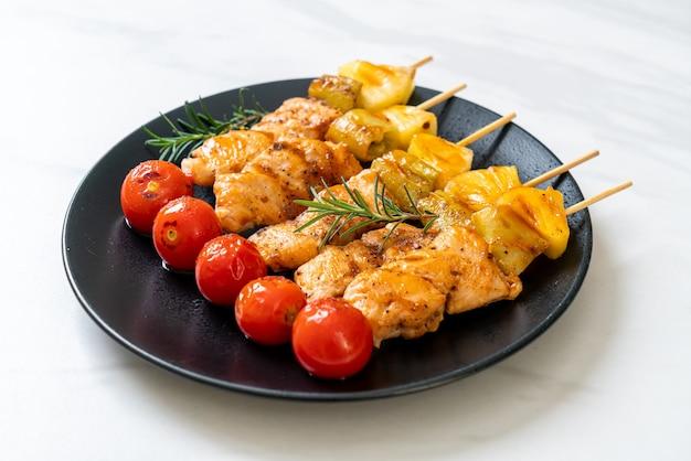 Brochette de barbecue de poulet grillé sur plaque