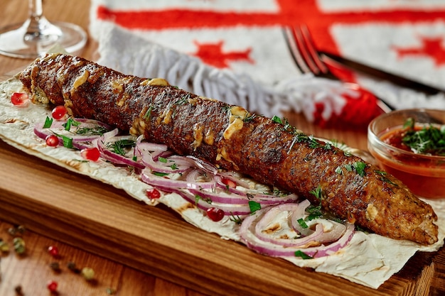 Brochette de boeuf et de fromage avec graines de grenade oignon lavash et satsebeli dans un restaurant géorgien