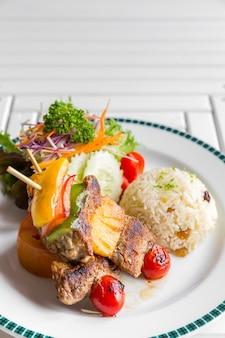 Brochette de boeuf grillé avec du riz