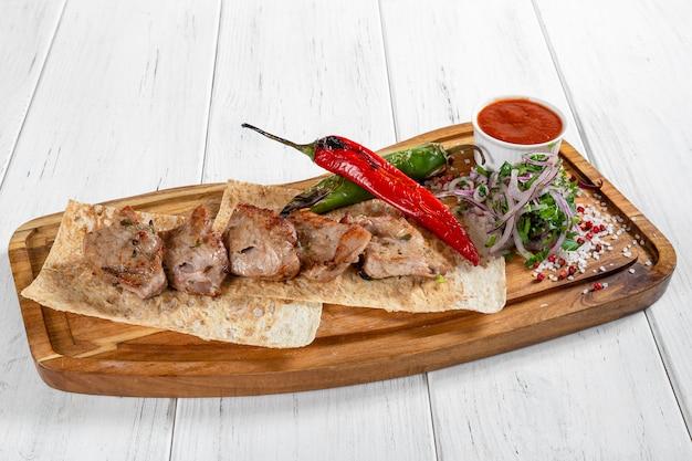 Brochette de porc grillée aux légumes et sauce rouge