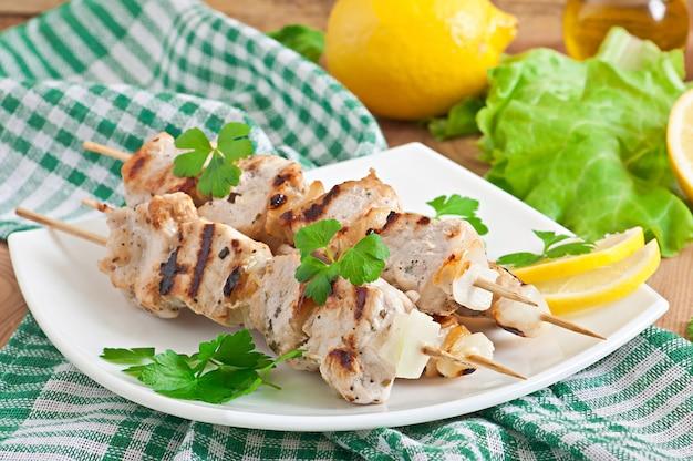 Brochette de porc grillée aux oignons