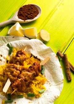 Brochette de poulet au lavash près des épices