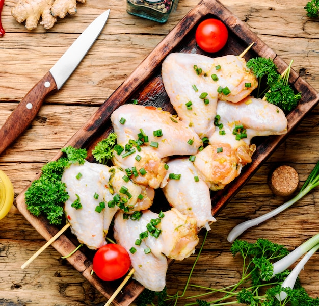Brochette de poulet cru sur bâton