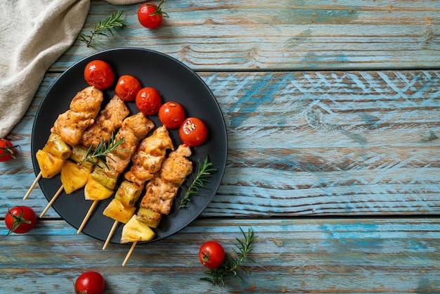 Brochette de poulet grillé barbecue sur assiette