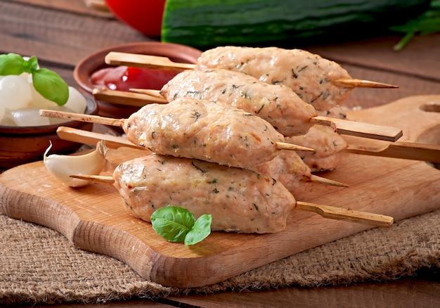 Brochette de poulet haché à l'aneth et au persil
