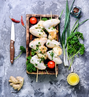 Brochette de poulet mariné sur bâton