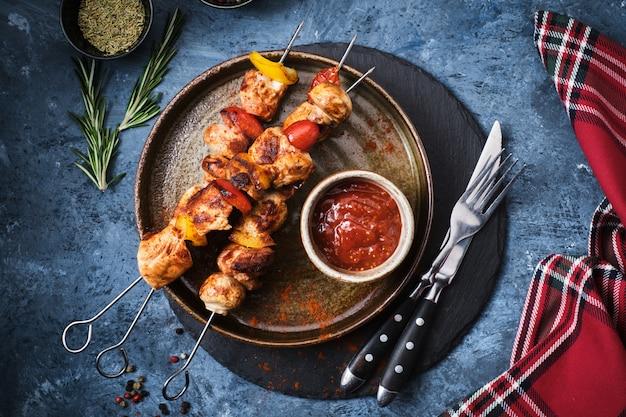 Brochette de poulet shish aux champignons, tomate cerise et poivron doux