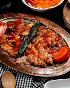 Brochette de poulet à la turque avec purée d'aubergine garnie de sauce tomate