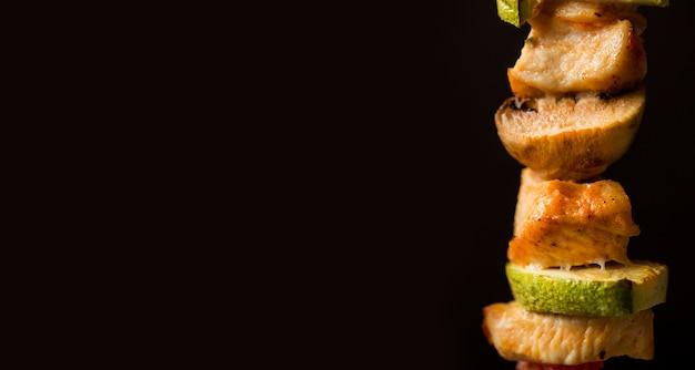 Brochette de poulet vue de face avec espace copie