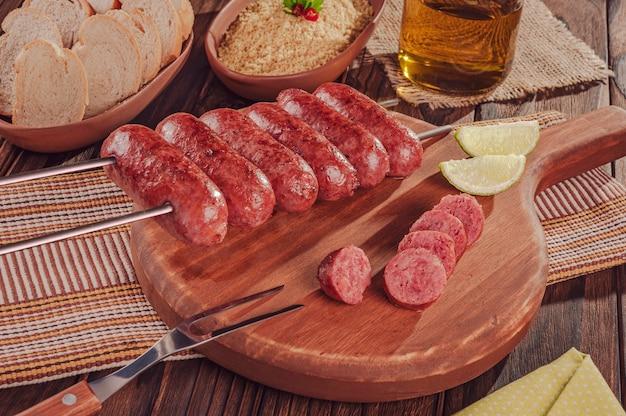 Brochette de saucisses grillées sur planche de bois barbecue brésilien